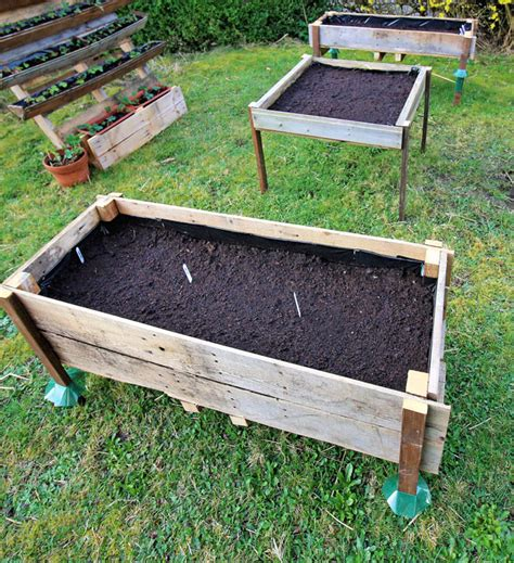 Elevated Container Garden Planters by Container Gardening Easy Diy Elevated Planter Box From Pallet