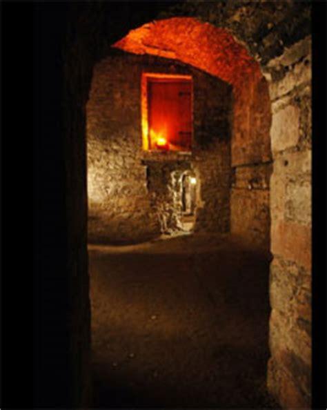 explore underground vault in edinburgh descend and discover independent visit of edinburgh vaults