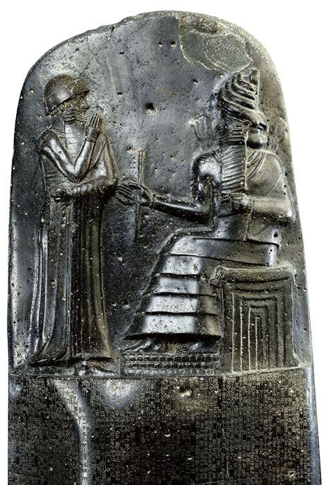 el codigo de la el c 243 digo de hammurabi el dios shamash tiende a hammurabi las insignias del poder relieve de la