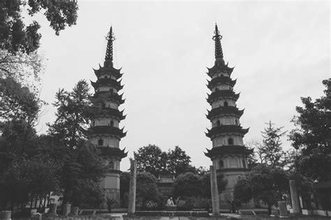 Pajangan Menara Pagoda gambar hitam dan putih tengara satu warna tempat beribadah candi altar puncak menara