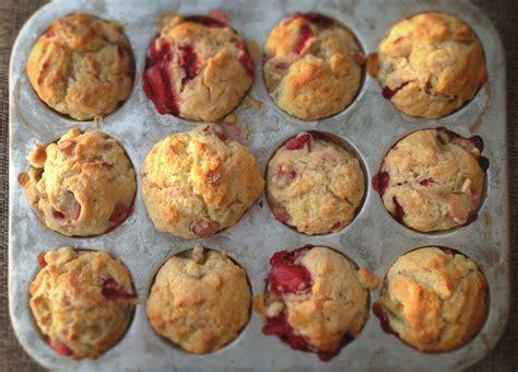 cuisiner de la rhubarbe muffins 224 la fraise et 224 la rhubarbe recette de base