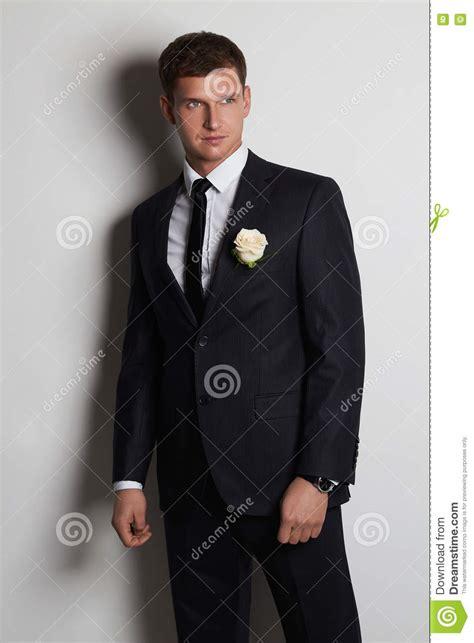 fiore sposo uomo con il fiore uomo dello sposo dei giovani in vestito