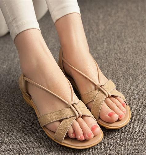 Sandal Flat Jepit Jempol Wanita Casual Formal Karet Merk Sumiko A 06 9 rekomendasi sandal kulit terbaru untuk acara santai