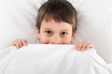 due persone fanno l a letto bambini vanno a letto troppo tardi e al mattino