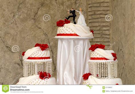 imagenes bodas en blanco y rojo torta de boda blanca con las rosas rojas imagen de archivo