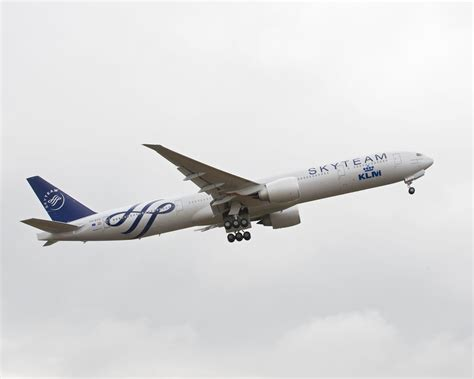 klm welcomes boeing 777 in skyteam colours