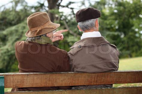 paar auf bank altes paar auf einer parkbank sitzend stockfoto colourbox