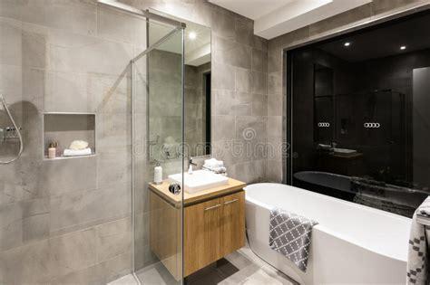 cuarto de ba 241 o moderno con una ducha y una ba 241 era imagen - Cuarto De Ba O Con Ba Era Y Ducha