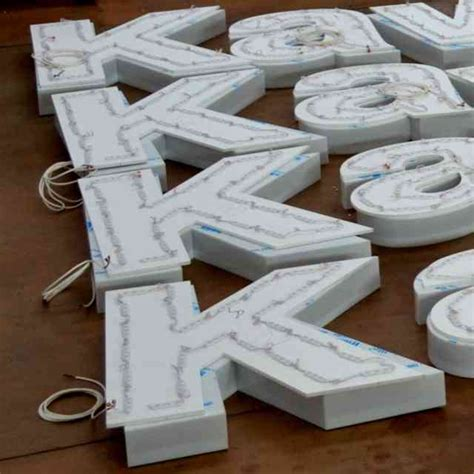 lettere luminose a led lettere scatolate luminose a led plexiglass opal ludovic