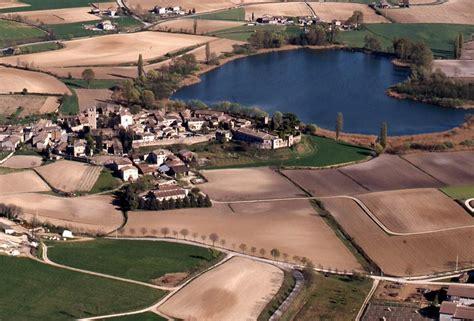 castellaro lagusello festa dei fiori castellaro lagusello e il suo lago a forma di cuore tgcom24