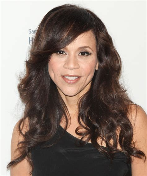 rosie perez hair rosie perez long wavy casual hairstyle with side swept