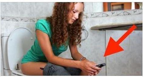 foto donne in bagno se hai l abitudine di portare il tuo cellulare in bagno
