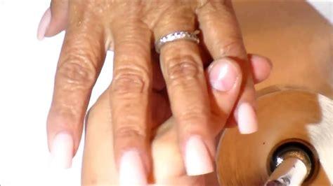 imagenes de uñas acrilicas cortas sencillas u 241 as acr 237 licas difuminado plateado brillante con perlas y
