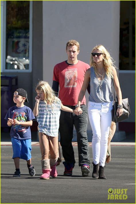 chris martin and gwyneth paltrow kids gwyneth paltrow chris martin toys r us with the kids