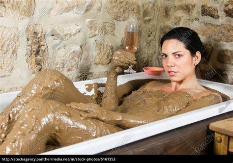 Frau In Badewanne by Frau In Badewanne Mit Lehm Stockfoto 5161353