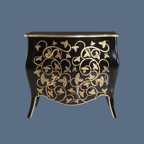 schwarze kerzenhalter schwarze kommode mit goldener verzierung