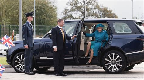 land rover queens pictures the queen at jlr in wolverhton central