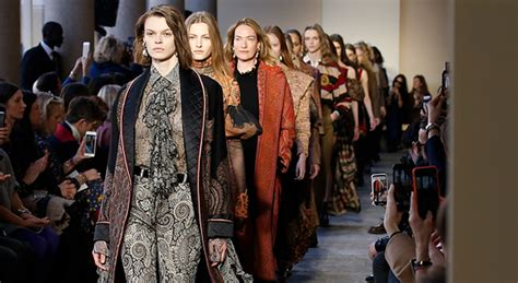 casa di moda milanese etro aristocratica e a moda donna sfila la