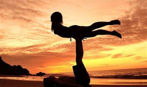 imagenes haciendo yoga yoga en pareja 7 posturas de amor ella hoy