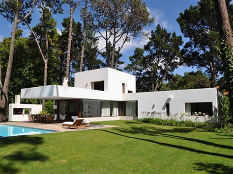 l house green lawn in backyard of l shaped house quecasita