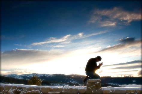 imagenes orando de rodillas imagenes de una persona orando imagui
