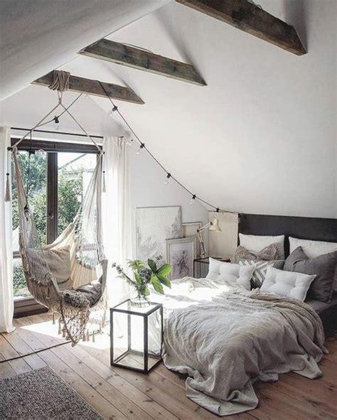 chaise pour chambre à coucher chambre a coucher sous les combles sol en bois clair
