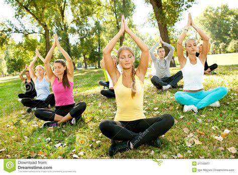 imagenes de yoga al aire libre yoga al aire libre fotograf 237 a de archivo libre de regal 237 as