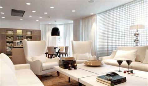 casa moderna decorada en blanco  madera