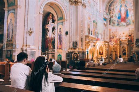 imagenes iglesia orando gente rezando en la iglesia fotos de stock 169 amvorsuf