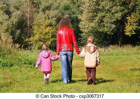 wandlen kinder hout wandeling moeder kinderen achterk bezichtiging
