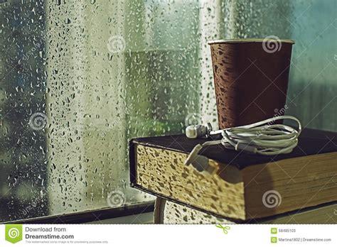 libro rainy days das de кофе и книги на дождливый день стоковое фото изображение 58485103