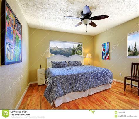 kleines schlafzimmer großes bett kleines schlafzimmer mit gelben w 228 nden mountain view und