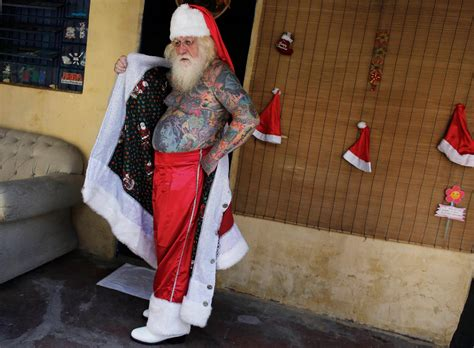 imagenes de santa claus tatuado santa claus is coming to town and he s covered in