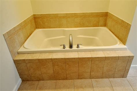 badezimmer fliesen verkleiden badewanne einfliesen badewanne einbauen und verkleiden