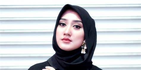 bosan pakai jilbab hitam padukan dengan ini yuk