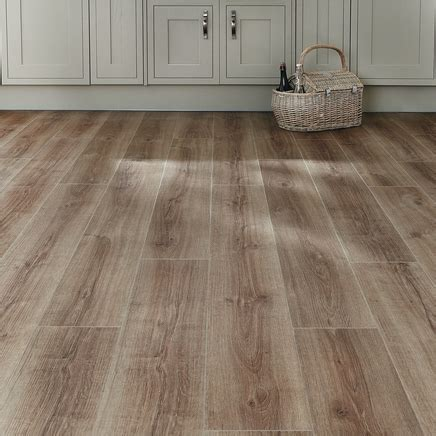 Professional Click Fit Oak Vinyl Flooring   Howdens Joinery