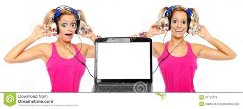 una ragazza in due testo due ragazze ascoltano una musica dal computer