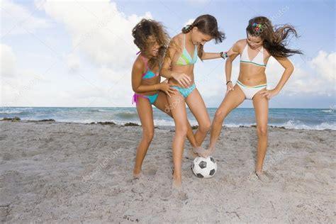 Multi Etnica Ni As Jugando Al F Tbol En La Playa Fotos De Stock Bst