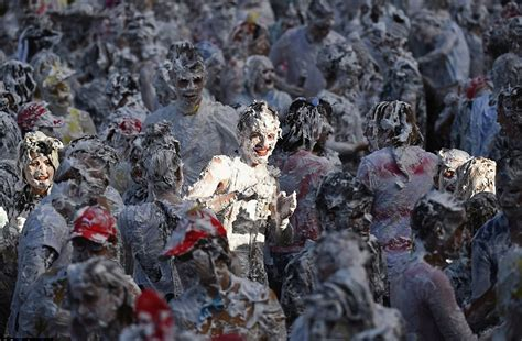 st andrews students kickstart freshers week with giant foam fight est100 一些攝影 some photos foam fight at st andrew s