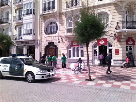 banco santander abierto por la tarde la pah se concentra frente al banco santander castro