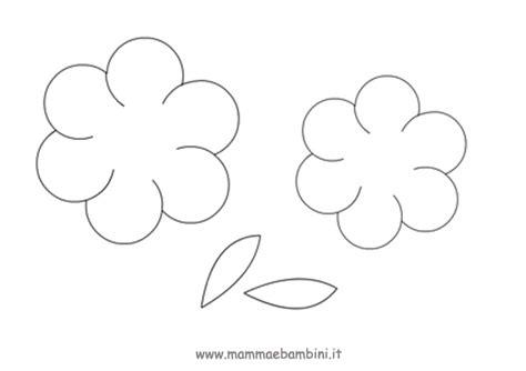 sagome fiori biglietto con fiore per la festa della mamma mamma e bambini