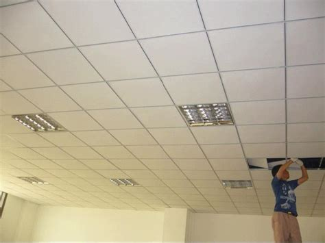 Gypsum Ceiling Installation by Teto Da Gipsita Do Revestimento Do Pvc A Instala 231 227 O