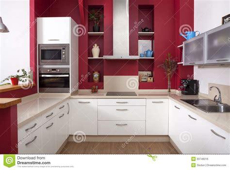 pareti cucina moderna cucina moderna con le pareti rosse fotografia stock