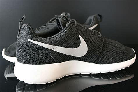 Sepatu Nike Rosherun 004 nike rosherun black medium grey hyper blue 511881 004