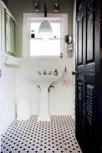 Attrayant Sol En Bois Salle De Bain #1: jolie-salle-de-bain-avec-sol-en-mosaique-noir-et-blanc-porte-en-bois-noir-et-fenetre.jpg