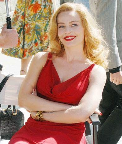 attrice film moana moana pozzi violante placido con un sensuale abito rosso