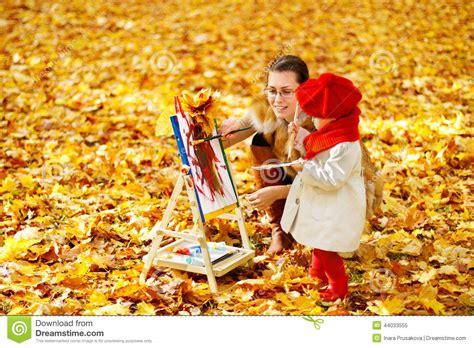 gestell zum malen mutter und kinderzeichnung auf gestell im herbst parken