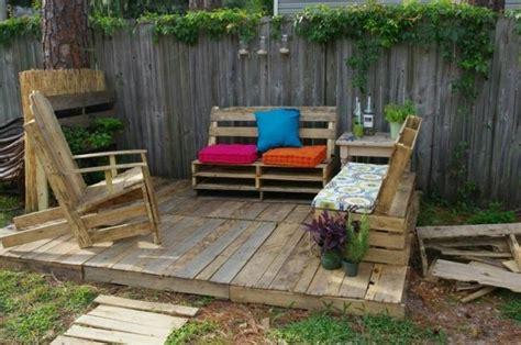 terrasse aus paletten holzterrasse aus paletten selber bauen so geht es