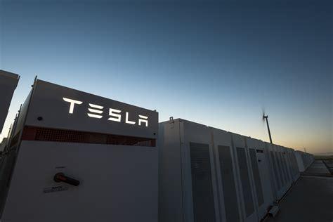 elon musk mega battery tesla says world s largest battery installation is halfway
