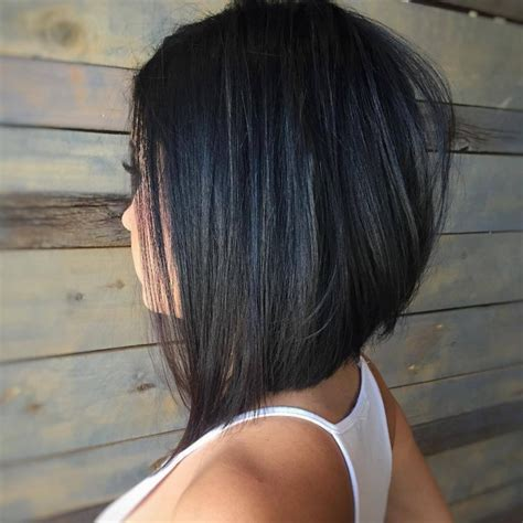 inverted bob haircut with finger position and angle les meilleures coupes carr 233 es asym 233 triques tendance 2017